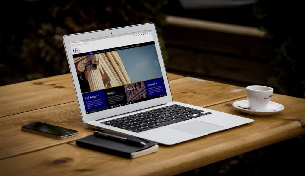 DS e Associati - Responsive Web Design - Homepage, Notebook on table